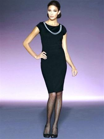 маленькое черное платье с ниткой бус