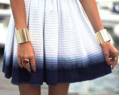 широкий браслет на руке