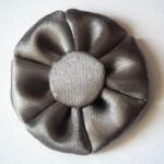 Миниатюра к статье Как сделать простой цветок из атласной ленты