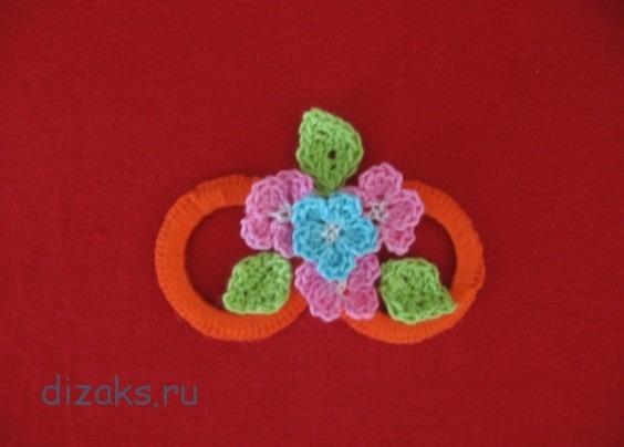 как украсить вязаные вещи цветами