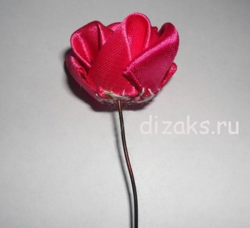 Роза канзаши из атласных лент