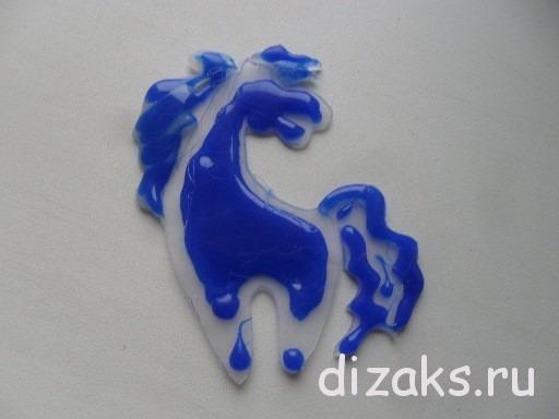 кулон из термоклея лошадка