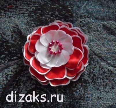 заколка с цветком из атласных лент