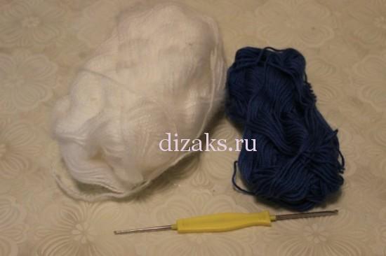 нитки и крючок для вязания шарфа