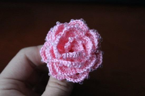 Вязанная роза крючком с бисером