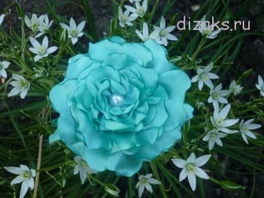 цветок из атласной ткани
