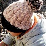 Миниатюра к статье Вяжем детскую шапочку с косами и помпоном спицами